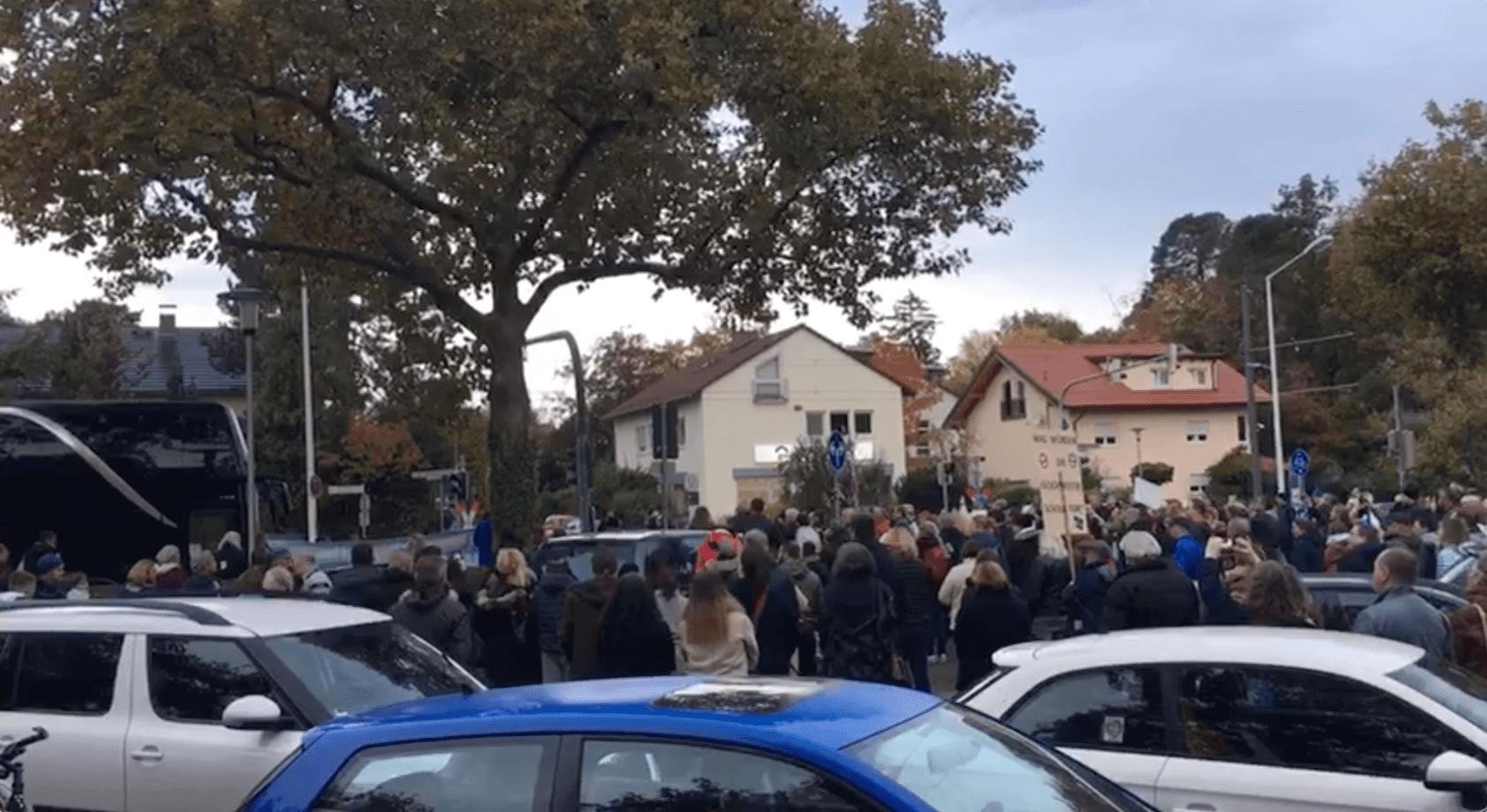 "Video-Screenshot vom 21. Oktober 2020: Demonstranten vor dem ""Corona-Infobus"" in Darmstadt. (Quelle: Telegram / Screenshot: CORRECTIV.Faktencheck)"