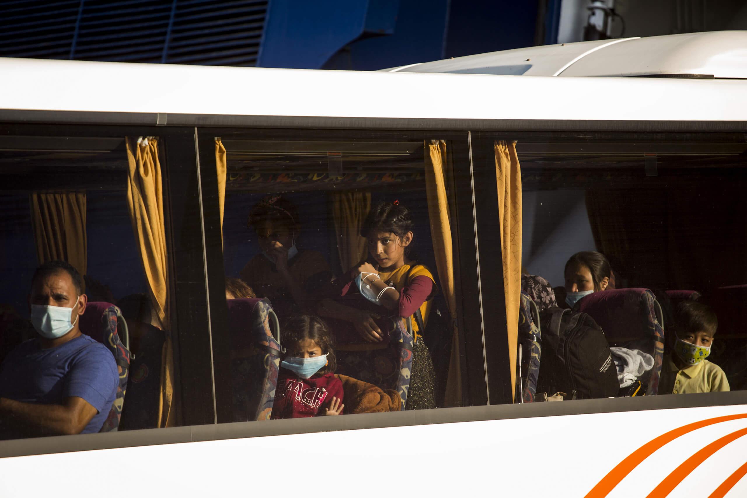 Flüchtlinge, hier in einem Bus in Athen, haben oft weniger Möglichkeiten sich zu schützen. In Deutschland gibt es dazu keine Daten. Eine Studie der OECD weist jedoch nach, dass Migranten in manchen Ländern ein bis zu doppeltes Infektionsrisiko haben. © Socrates Baltagiannis / picture alliance / dpa
