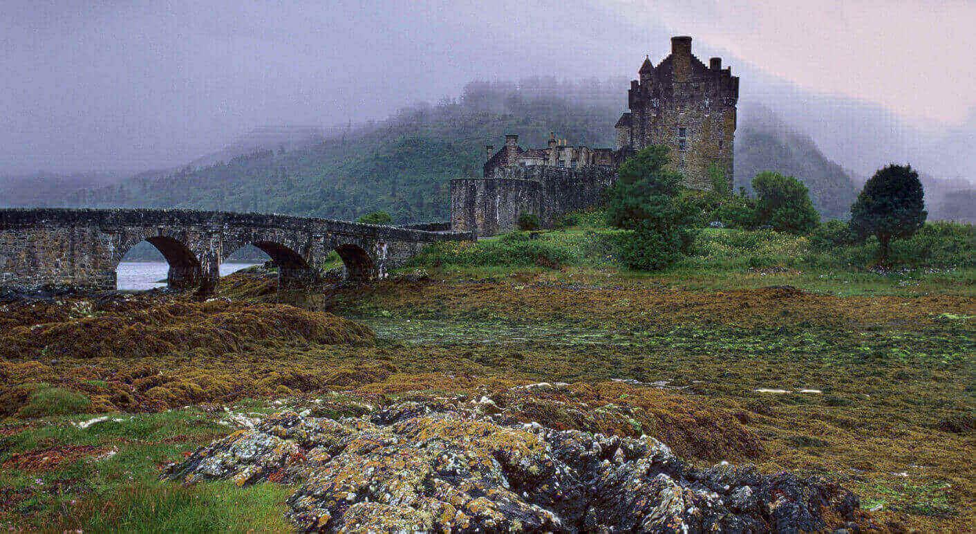 Das Eilean Donan Castle in Schottland: In dieser Region besitzt der Clan Gordon zahlreiche Schlösser, zudem investierten Mitglieder der Gordon Familie in deutsche Immobilien. © Patrick Dieudonne / picture alliance/ robertharding