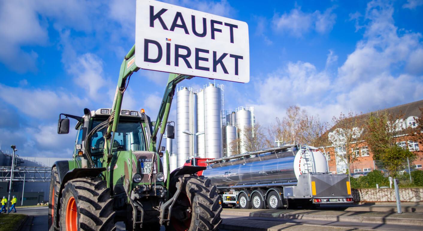 Milchbauern protestieren vor Molkerei