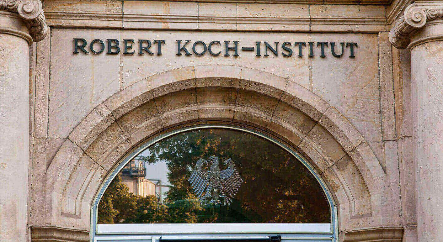 Eingang mit Schriftzug Robert Koch-Institut, Berlin, Deutschland