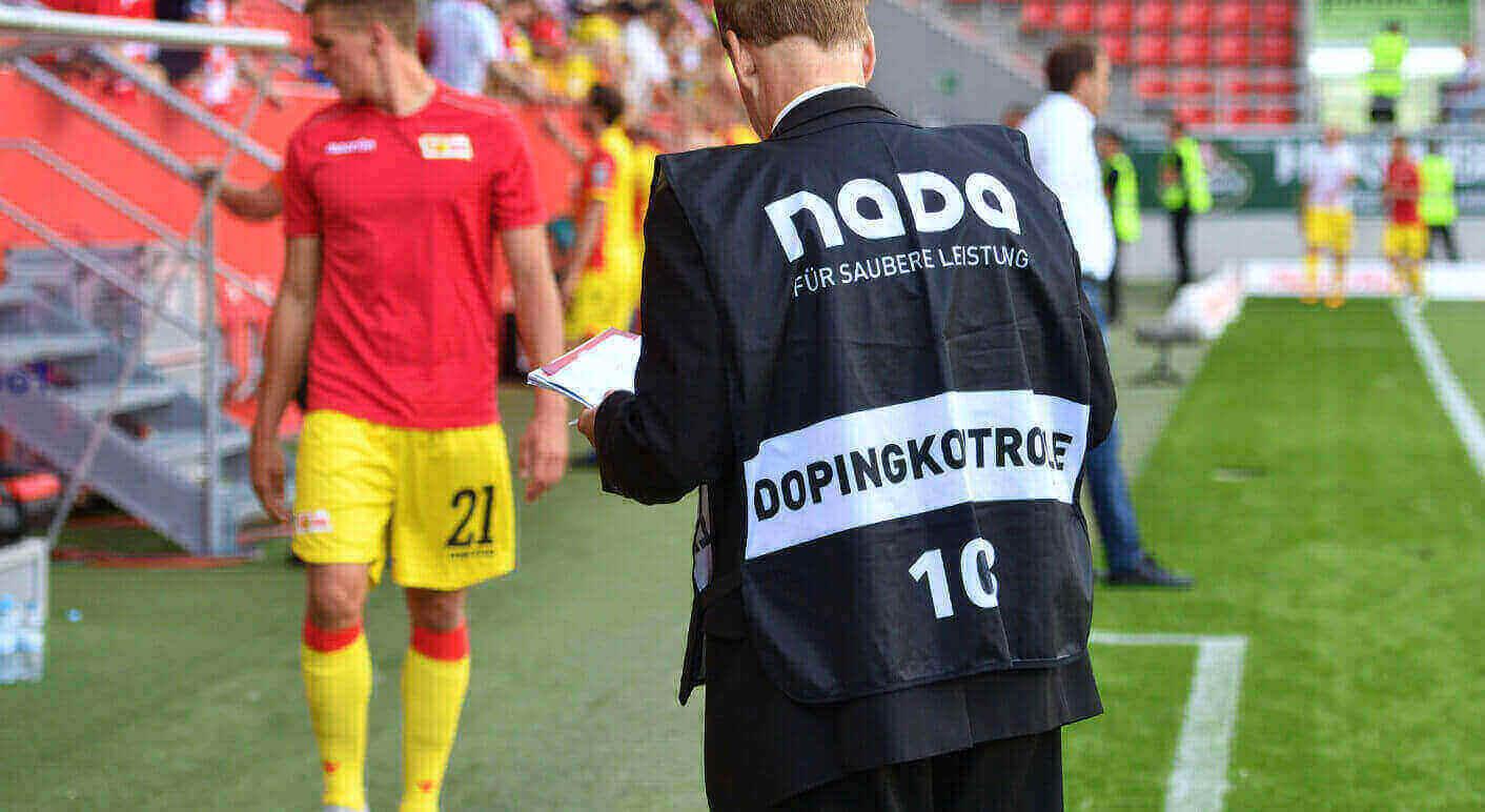Ein Chaperon der NADA wartet auf einen Spieler: Bei den Dopingkontrollen müssen auch Angaben zu Schmerzmitteln gemacht werden. © Sven Simon & Frank Hoermann / picture alliance