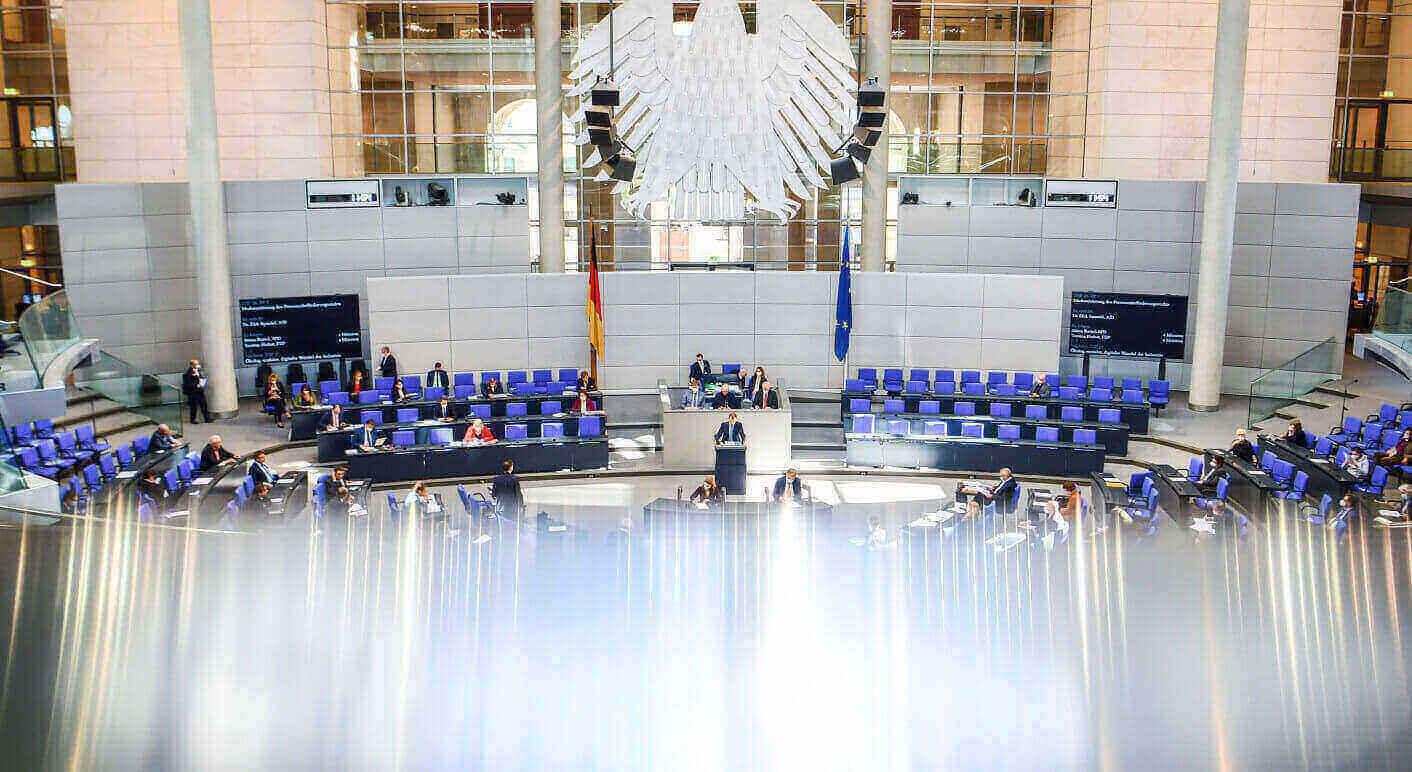 Blick ins Parlament: Im Bundestag diskutieren SPD und Union über neue Transparenzverpflichtungen für Parteien und Abgeordnete  © Kira Hofmann / picture alliance / dpa