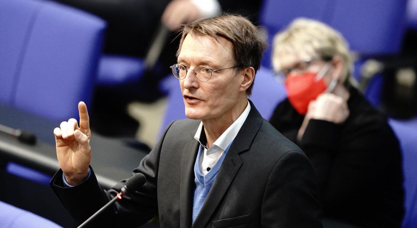 In Sozialen Netzwerken verbreitet sich ein angebliches Zitat des SPD-Politikers Karl Lauterbach zur Covid-19-Impfung von Neugeborenen (Symbolbild: Picture Alliance/ DPA / Kay Nietfeld)