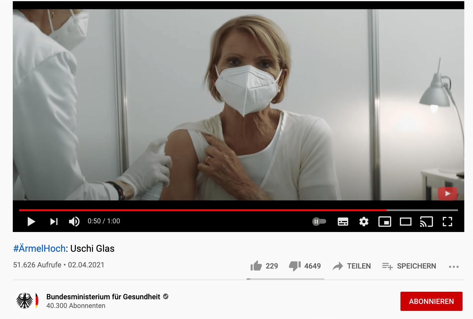 Ein Ausschnitt aus dem Video der Impfkampagne mit Uschi Glas zeigt, wie die Schauspielerin am rechten Arm desinfiziert wird (Quelle: Youtube / Bundesgesundheitsministerium / Screenshot: CORRECTIV.Faktencheck)