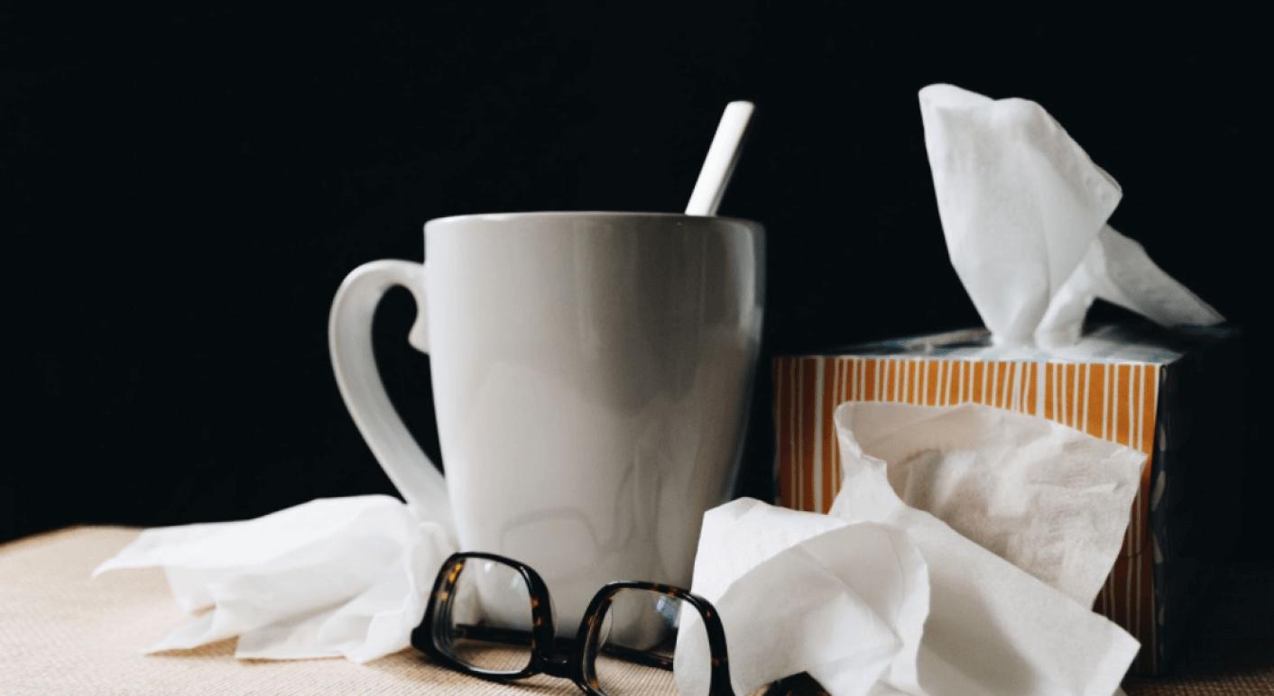 Die Grippe und Covid-19 sind Atemwegserkrankungen, die aber von verschiedenen Viren verursacht werden. (Symbolbild: Unsplash / Kelly Sikkema)