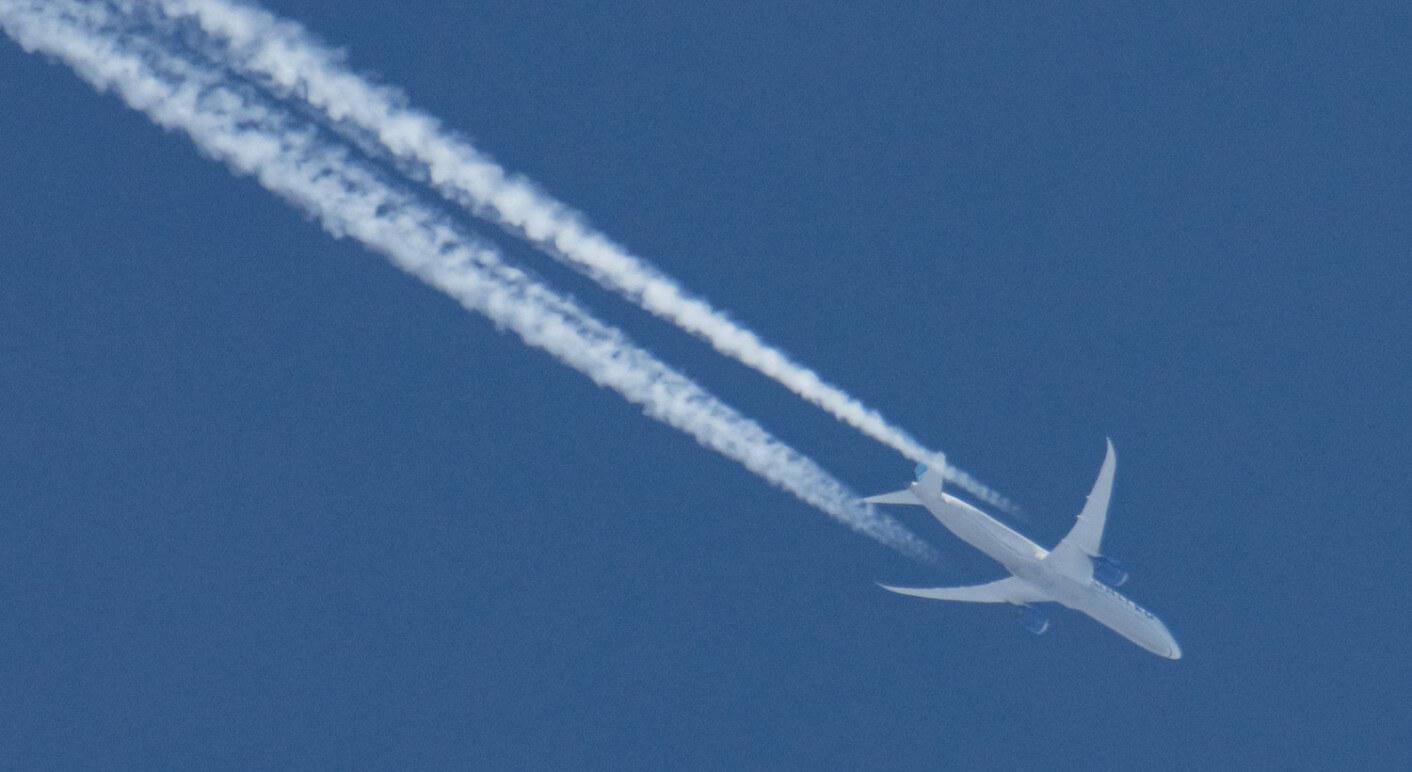 Ein Flugzeug mit Kondensstreifen am Himmel