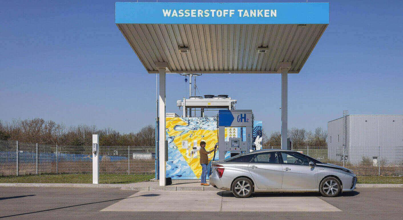Wasserstoffauto tankt H2 Wasserstoff an einer H2 Wasserstofftankstelle, Herten, Nordrhein-Westfalen, Deutschland