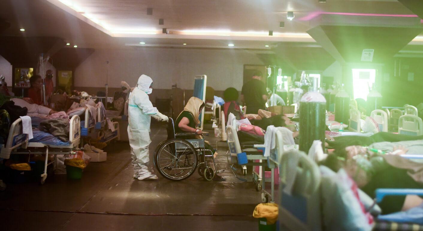 Dieses Foto entstand am 6. Mai 2021 in einem temporären Covid-19-Pflegezentrum in Neu-Delhi (Symbolbild: Picture Alliance/ Zumapress.com/ Manish Rajput)