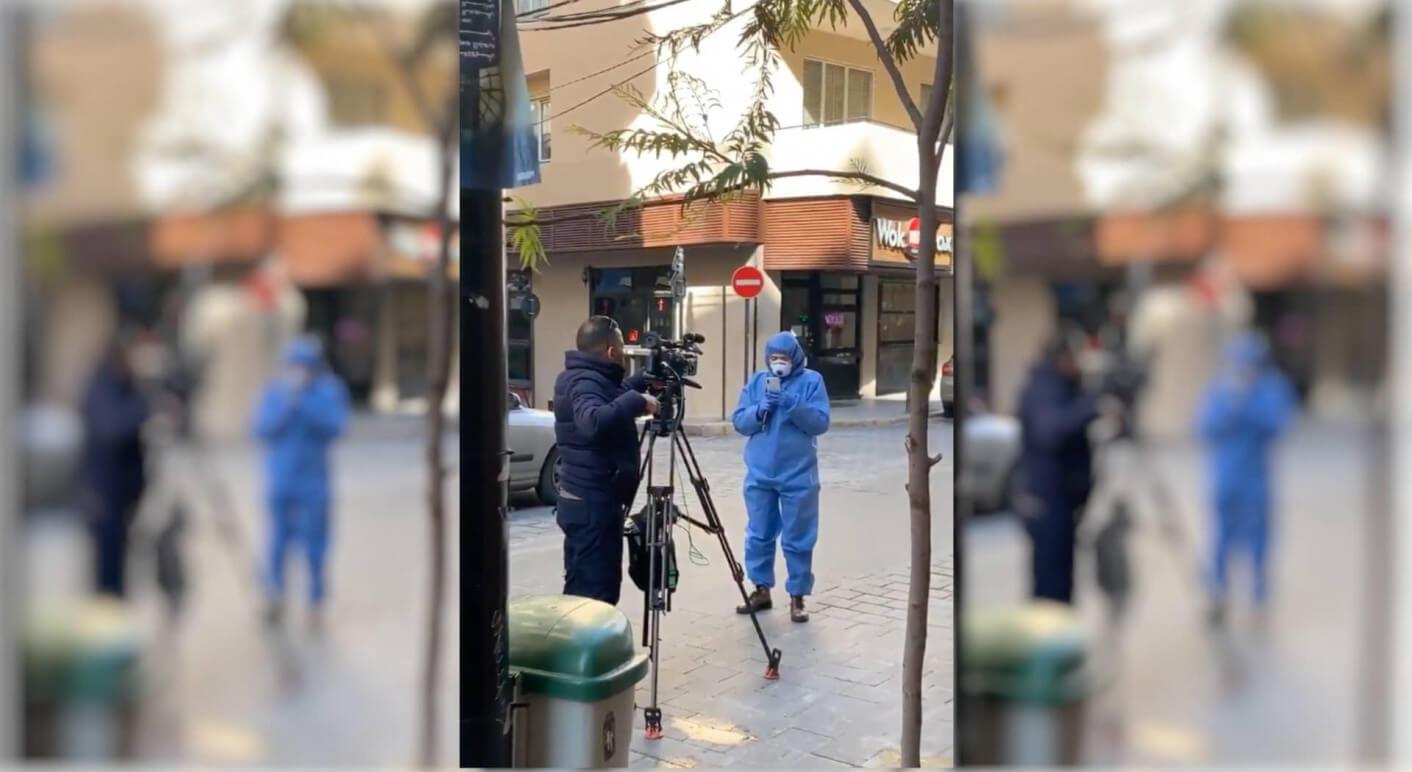 Journalistin in Schutzkleidung_Kein Grund zur Panik