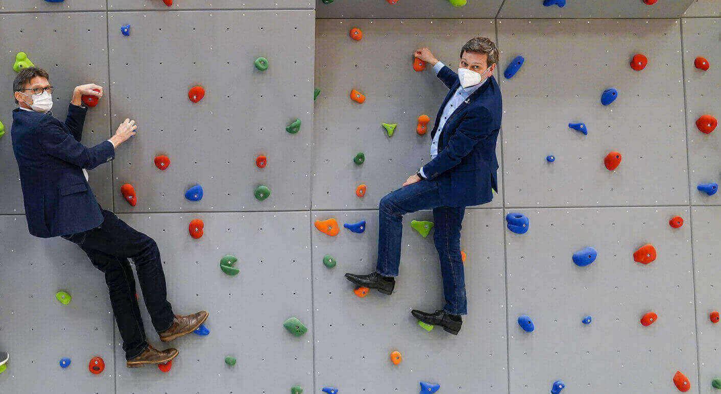 Guenther Schartz (links im Bild) an der Kletterwand während einer Wahlkampftour. Nicht nur hier erreicht er die Spitze. Foto: Jens Krick / picture alliance / Flashpic