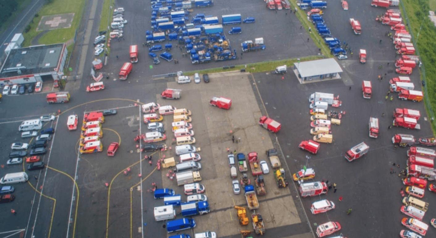 Mehrere Fotos wie dieses, die Einsatzfahrzeuge am Nürburgring zeigen, verbreiten sich mit der Falschbehauptung auf Facebook, die Rettungskräfte würden am Einsatz gehindert (Quelle: Twitter, THW / Lukas Hannig / Screenshot am 23. Juli 2021: CORRECTIV.Faktencheck)
