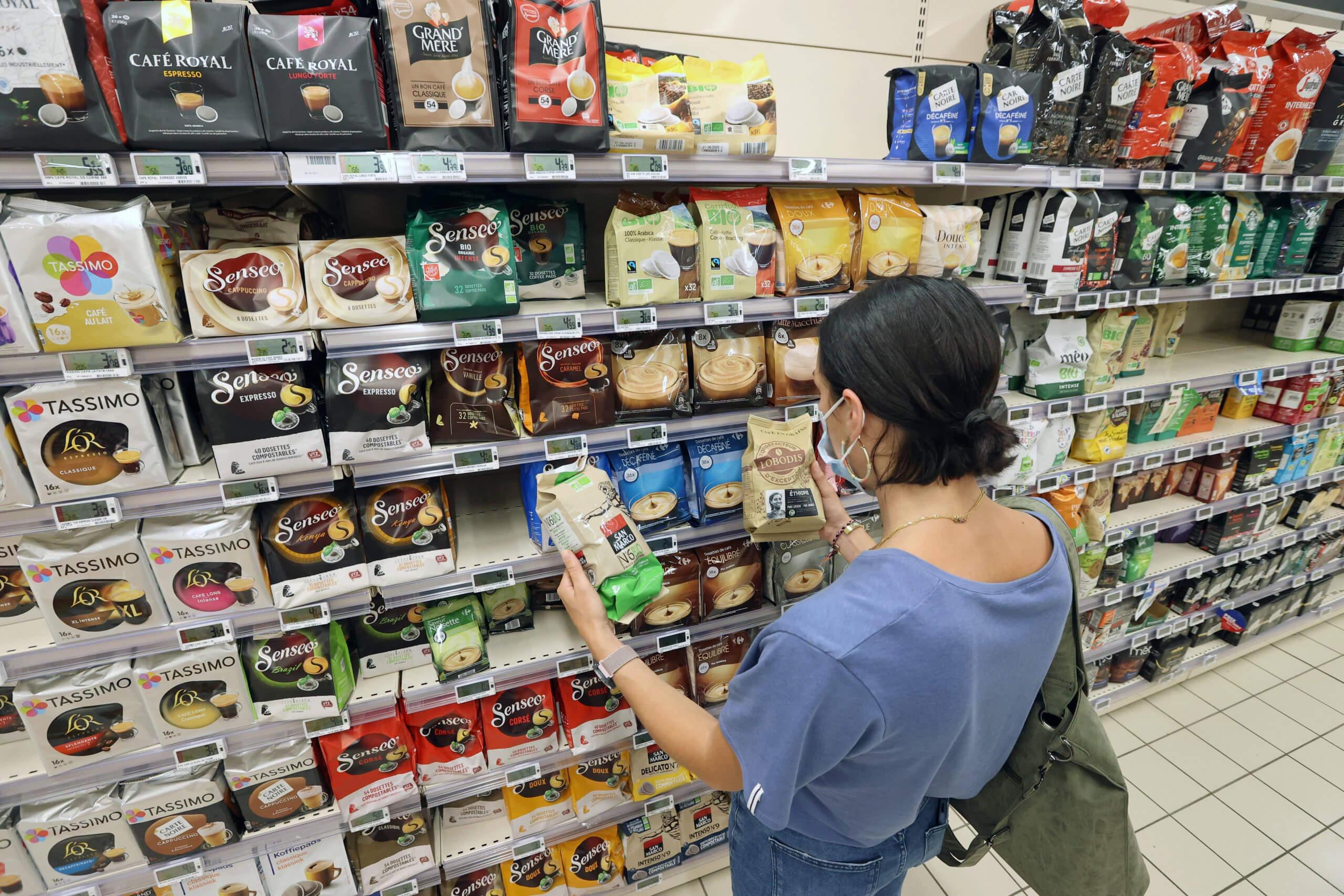 Kundin im Supermarkt in Frankreich