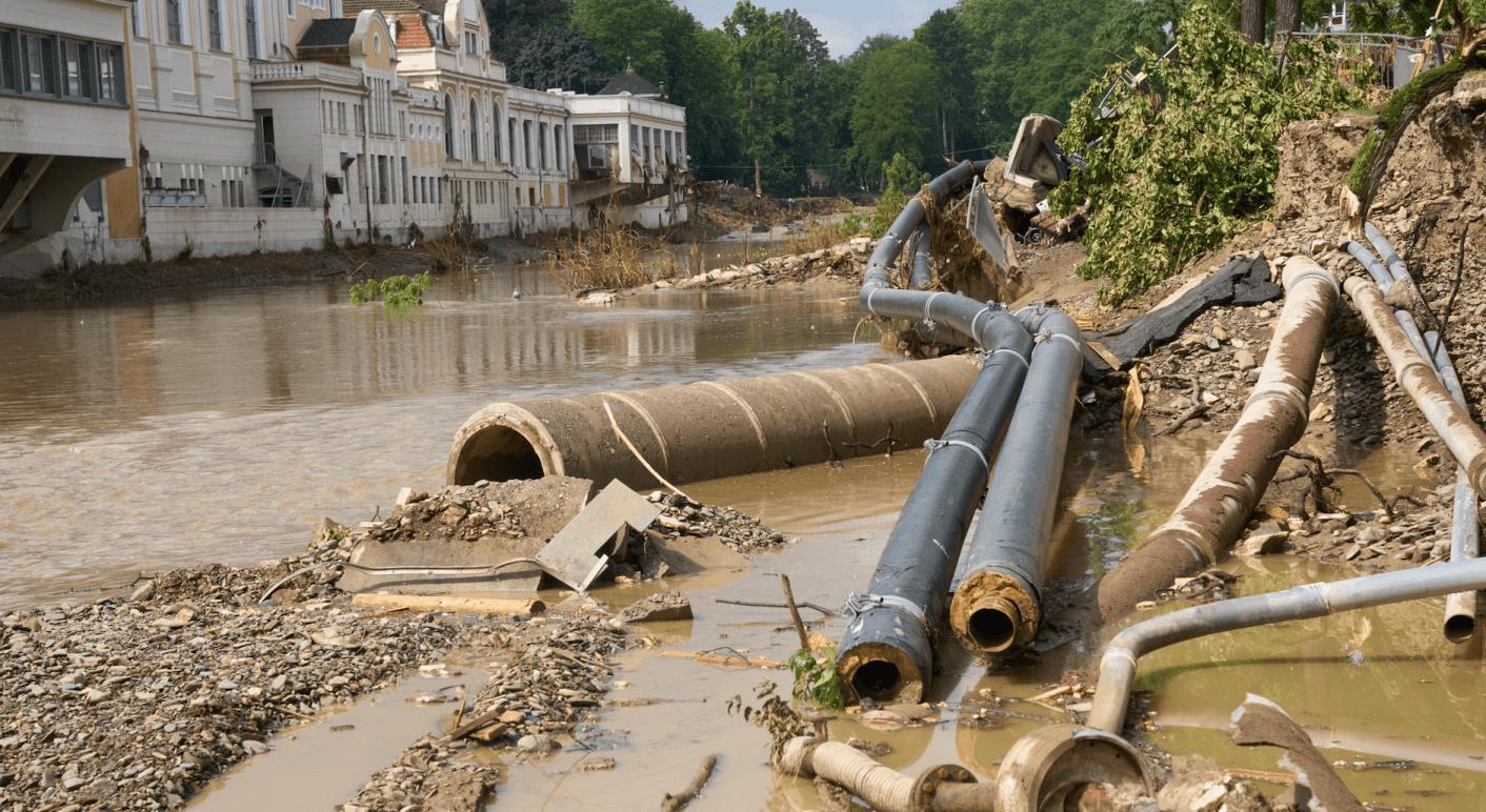 Die Flutkatastrophe hat in Rheinland-Pfalz, wie hier am Ufer der Ahr, große Schäden angerichtet. Bis Ende Juli waren 134 Todesopfer gemeldet worden. Dass 600 Kinderleichen gefunden worden seien, ist hingegen eine Falschmeldung (Credit: Picture Alliance/ DPA/ Thomas Frey)