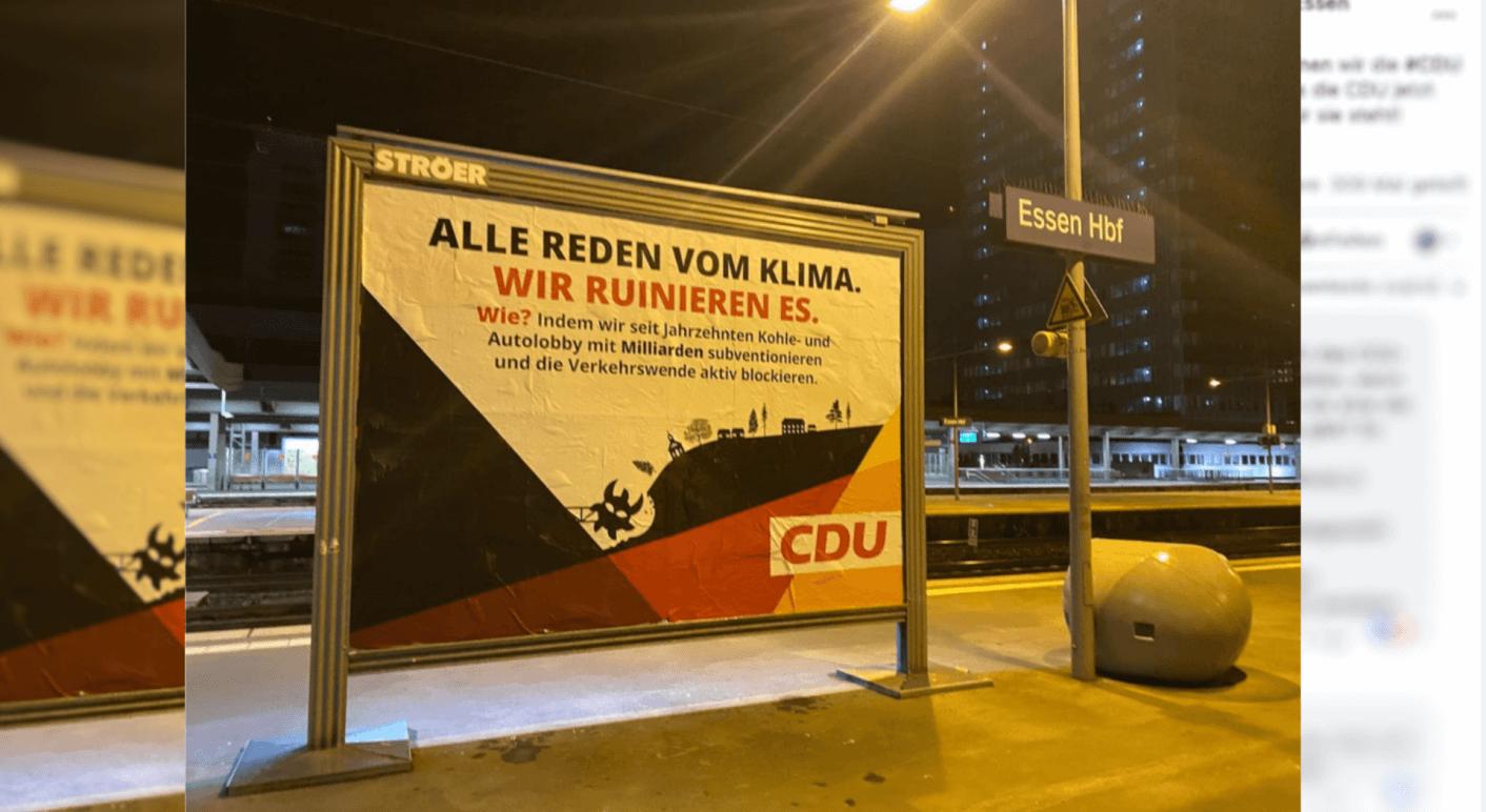 Das auf Facebook und Instagram verbreitete Foto des satirischen Wahlplakats von Extinction Rebellion am Essener Hauptbahnhof (Quelle: Facebook / Extinction Rebellion Deutschland, Screenshot und Collage: CORRECTIV.Faktencheck)