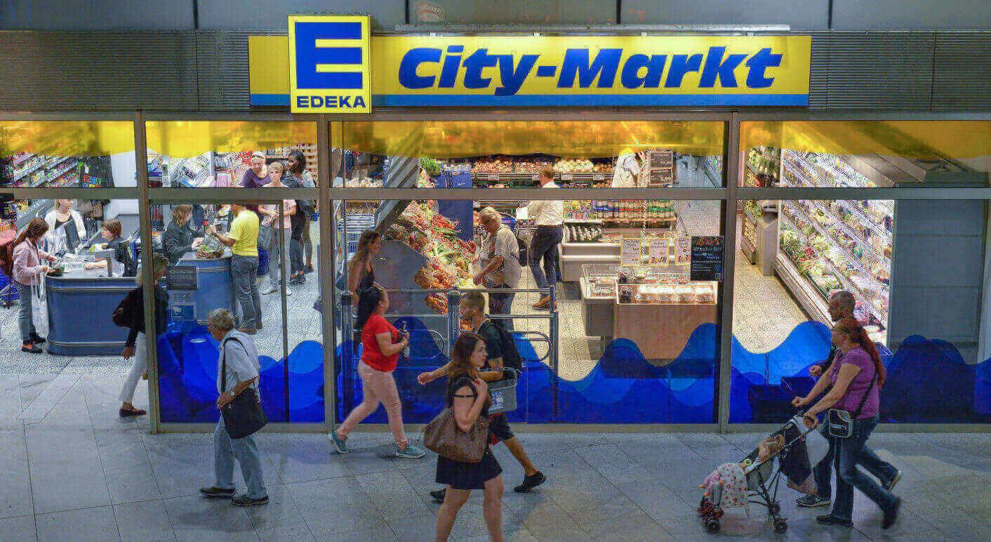 In Sozialen Netzwerken kursiert ein Schreiben eines Edeka-Markt-Inhabers, der ankündigt, auch ungeimpften Mitarbeiterinnen und Mitarbeitern ihren Lohn im Falle einer Corona-Quarantäne weiter zu zahlen (Symbolbild: Picture Alliance / Bildagentur-online/ Joko)
